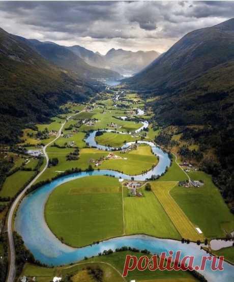 Норвегия, дороги, изгибы Норвегия славится не только красотой своей природы, но и дорогами, внешний вид которых очень зависит от ландшафта. Дороги - изгибы, изгибы - дороги... Норвегия. Красиво.