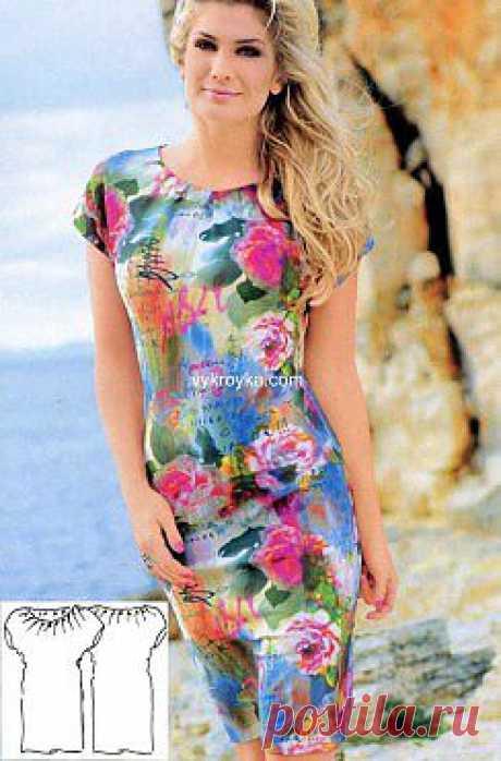 Трикотажное платье прилегающего силуэта со складками по вырезу горловины