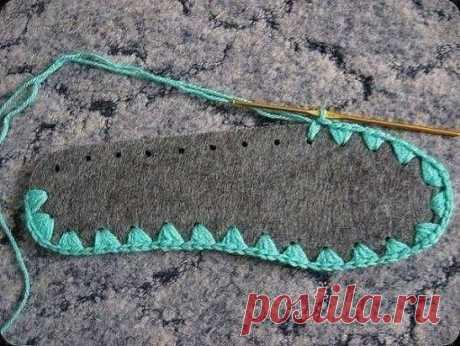 Вязаные тапочки с войлочной стелькой очень удобны. Войлочные стельки теплые, мягкие и в то же время хорошо держат форму, так что они отлично подходят в качестве подошвы для тапочек. Купите стельки по размеру ноги и приступайте к вязанию тапочек с помощью нашего мастер- класса. Для вязания тапочек также понадобится акриловая пряжа средней толщины 150-200 гр, тонкую нить можно делать в несколько сложений; крючок №3-3,5; шило или толстая цыганская игла для покалывания стельки.