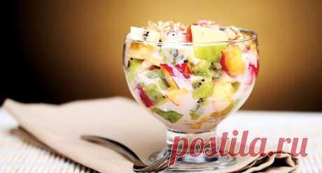 Фруктовый салат с йогуртом – 10 рецептов Вкусные десерты не обязательно должны быть калорийными. Так, фруктовый салат с йогуртом могут позволить себе даже те, кто придерживается низкокалорийной диеты. А если проблем с фигурой нет, то такое сладкое блюдо можно приготовить с калорийными добавками – с зефиром, шоколадом или печеньем.