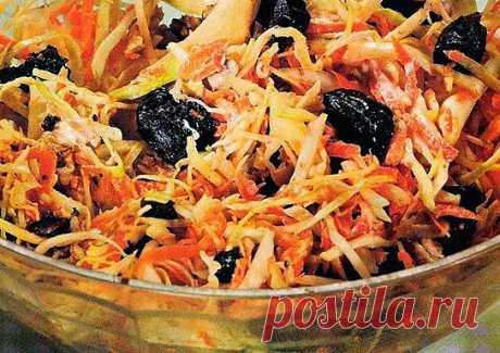 Витаминный салат из капусты, чернослива и орехов