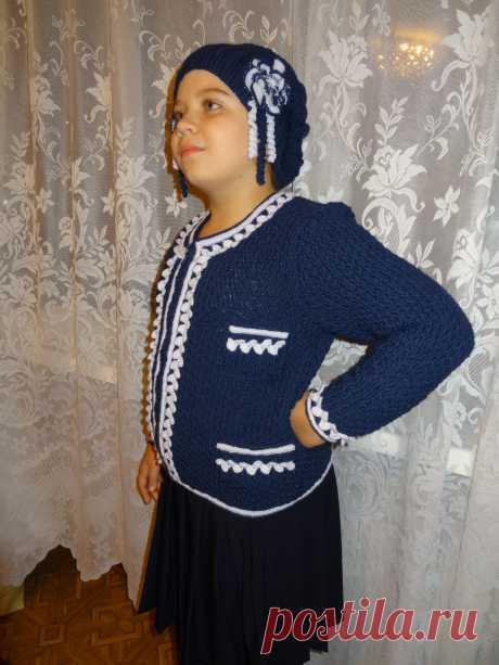 Комплект школьной формы. Пиджак в стиле Шанель (спицы + крючок, шерсть). Застежка молния. Шапочка в боярском стиле. Связалось по случаю (необходимости) пока ухаживала за мамой после операции.