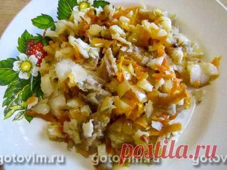 Салат из минтая. Рецепт с фото Из жареного минтая можно приготовить простой салат, если добавить к нему обжаренные на растительном масле морковь и репчатый лук. Никакой дополнительной заправки салату не требуется. Достаточно перемешать кусочки жареной рыбы с овощами и дать им постоять 10-15 минут. При желании в рецепт рыбного салата можно добавить свежую зелень.
