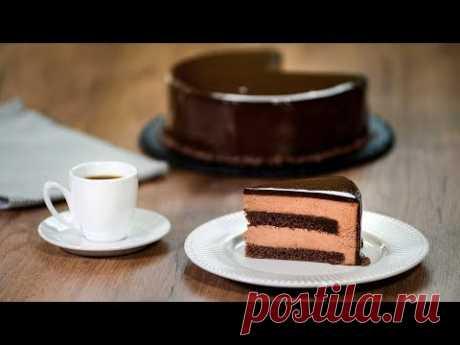 De chocolate mussovyy la torta con el glaseado de espejo