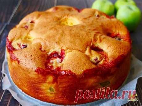 Пирог получается мягче и сочнее, чем шарлотка.  Ингредиенты: -2 яйца -250 мл сахара Показать полностью...