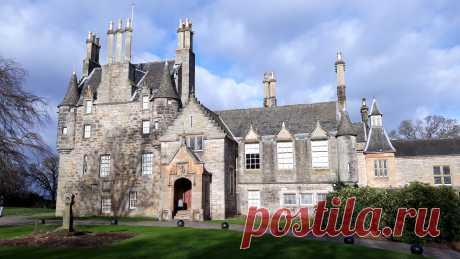 Небольшая ознакомительная видео-экскурсия по замку Лористон, в Эдинбурге. Замок Лористон представляет собой особняк с башнями, который был возведен в 16-ом столетии, а в 19-ом расширен. Богатая коллекция мебели и декоративного искусства Эдвардианской эпохи прекрасно иллюстрирует быт шотландского дворянства в эту историческую эпоху.