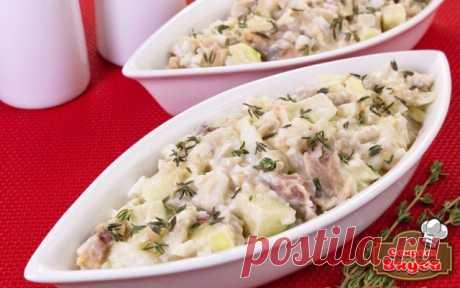 Салат с селедкой, картофелем и яблоком   Ингредиенты  300 г филе соленой сельди 3 яйца 400 г картофеля 250 г яблок 150 г лука майонез