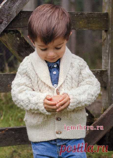 We warm little men! A white cardigan with relief patterns on the boy of 3-12 years. Spokes