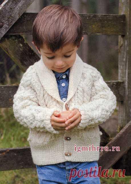 Утепляем маленьких мужчин! Белый кардиган с рельефными узорами на мальчика 3-12 лет. Спицы