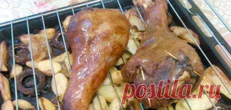 Голень индейки в духовке - Вкусный день Запеченная голень индейки в духовке с картофелем и грибами, одно из любимых блюд в нашей семье. Блюдо выглядит празднично, а трудозатраты минимальны и вполне бюджетное блюдо. Калорийность индейки не велика, всего 154 ккал на 100 гр. Для голени индейки запеченной в духовке, нам понадобится: Голень индейки 2 шт Соевый соус 4 ст л Чеснок 3