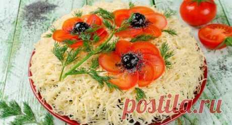 Очень вкусный и красивый салат «Красные маки» Роскошный салат, украшенный цветами мака, станет изюминкой праздничного стола. Выглядит он очень эффектно, готовится легко, из простых и доступных ингредиентов.Все ваши гости будут в восторге от такой красоты!