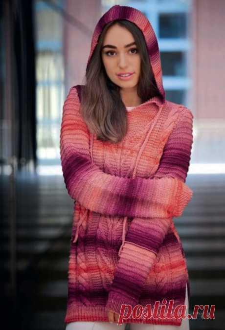 Длинный пуловер спицами выполненный с капюшоном из пряжи секционного крашения.