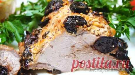 Мясо в духовке с черносливом и чесноком Мясо в духовке с черносливом и чесноком. Получается очень вкусное мясо. Готовится легко, а вкус получается праздничным за счёт присутствия чернослива. Мясо пропитывается фруктовым ароматом, приобретае...