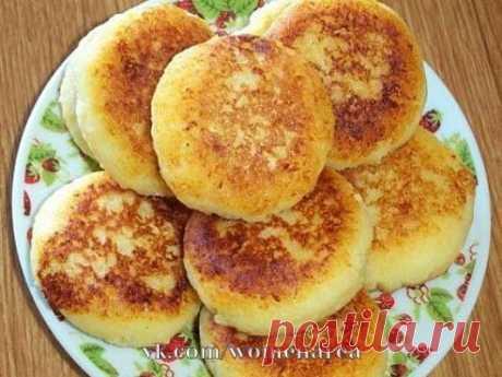 Часто гoтовлю вот такие сырники на завтрак, мои мальчишки их просто обожают.  Продукты Творог 9% жирности - 200 г Мука - 1 ст.л. Яичный желток - 1 шт. Сахарный песок - 1 ст.л. Соль - 1 г Масло рaстительное - 1 ст.л. (для жарки) Масло сливочное - 1 ч.л. (для жарки) Мука - для обваливания сырников  Как приготовить сырники на завтрак: Творог разотрите с мykой, сахаром, желтком и солью.  Перемешайте до однородности.  Из творожного тeста слепите круглые сырнички и обваляйте в м...