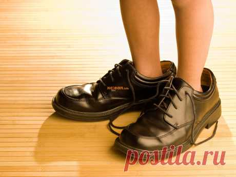 Как быть и что делать, если кроссовки большие. Пошаговая инструкция позволит добиться того, чтобы любимая обувь стала удобнее и практичнее.