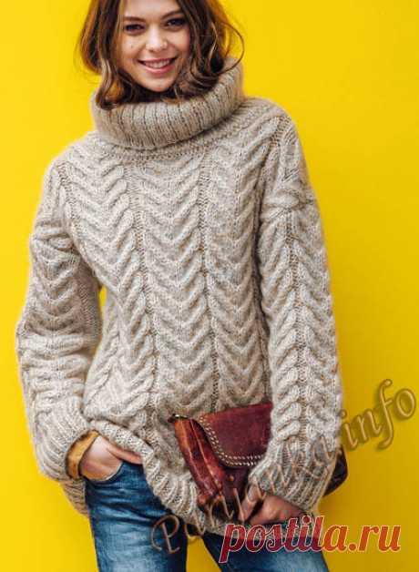 Бежевый уютный свитер спицами.
