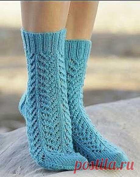"""Голубые носочки с узором """"Ёлочка"""" Эффектные ажурные носки спицами для женщин, выполненные из тонкой носочной пряжи на основе шерсти. Вязание носков осуществляется простым ажурным узором, напоминающим елочки. Схема узора приведена в описании."""