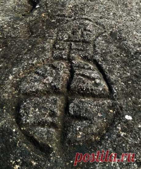 В Ингушетии обнаружили уникальные петроглифы – один из них вы видите на этой фотографии. Что особенно интересно, все они располагаются в необычном месте. Подробнее 👉