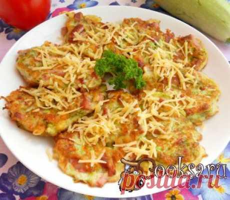 Оладьи из кабачков с сыром и колбасой.