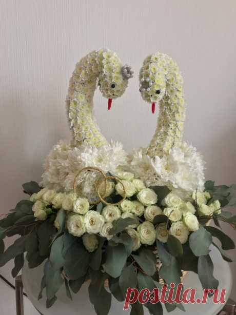 Лебеди из цветов на свадьбу! Доставка по адресу в Москве!