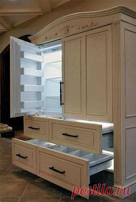 El refrigerador en forma del armario …