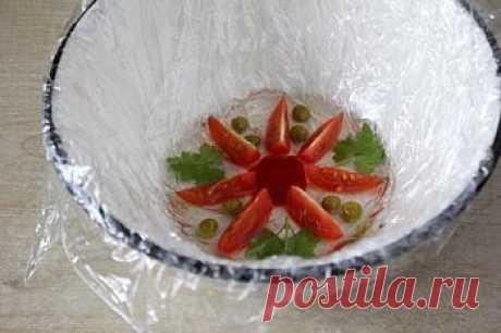 Нежное, красивое и вкусное блюдо к праздничному столу — заливное из курицы.