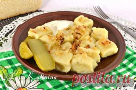 Рецепт ленивых вареников из картофеля - 8 пошаговых фото в рецепте Ленивые вареники из картофеля - замечательное блюдо, которое можно приготовить на завтрак или ужин. Этот рецепт особенно понравится тем, у кого мало свободного времени. Такие вареники можно заморозить впрок. Готовятся просто, получаются очень вкусными. Подать их лучше всего с жареным луком и ...