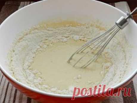 Домашние ватрушки с творогом Ватрушки с творогом - прекрасная домашняя выпечка, знакомая нам с детства. Я люблю, чтобы тесто для ватрушек было сдобным, а начинка - сладкой. По этому рецепту творожные ватрушки получаются очень вкусными, пышными и ароматными. Ингредиенты: Для теста: 1 яйцо; 2 ст. л. сахара; 1/2 пакетика ванильного сахара; 1/4 ч. л. соли; 250 мл молока; 500-550 г муки; 1 ст. л. сухих дрожжей; 80 г сливочного масла. Для начинки: 500 г творога; 2-3 ст. л. сахара; 1 яйцо; 1/2 паке