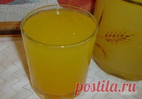 Освежающий домашний лимонад  Освежающий, натуральный без всякой химии и красителей. В этом лимонаде сохраняются витамины, так что он не только вкусный, но и полезный. Детей от такого лимонада за уши не оттащить. ДОЛЖНО БЫТЬ В КОПИЛКЕ КАЖДОЙ ХОЗЯЙКИ ;)  Ингредиенты: На целых 10 литров (!) потребуется 4 апельсина, 1 лимон и сахар  Приготовление:  Фрукты обдать кипятком, положить в морозилку на 8-10 часов, а затем опустить ненадолго в горячую воду (чтобы фрукты лучше поддалис...