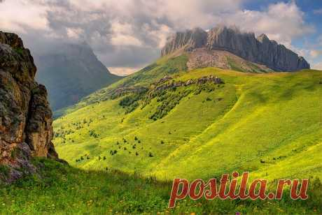 Перевал Ачешбок. Высота восточной вершины — 2440 метров, западной — 2486 метров. Автор фото — Андрей Головко:
