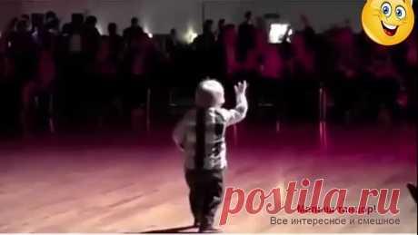 Классный танцор! Стеснительность не его конёк