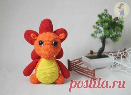 PDF Дракоша Тоша. FREE amigurumi crochet pattern. Бесплатный мастер-класс, схема и описание для вязания игрушки амигуруми крючком. Вяжем игрушки своими руками! Дракон, динозавр, динозаврик, dragon, dino, dinosaur, drache. #амигуруми #amigurumi #amigurumidoll #amigurumipattern #freepattern #freecrochetpatterns #crochetpattern #crochetdoll #crochettutorial #patternsforcrochet #вязание #вязаниекрючком #handmadedoll #рукоделие #ручнаяработа #pattern #tutorial #häkeln