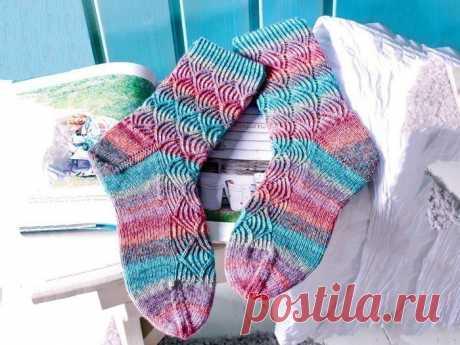 Яркие носочки спицами Красивые носки, связанные на спицах узором «ракушки», очень эффектно выглядят в варианте меланжевой пряжи.