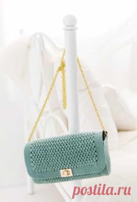 Маленькая сумочка клатч Очаровательная сумочка крючком, выполненная из тонкой пряжи. Вязание основной детали осуществляется узором из шишичек, боковые части вяжутся...