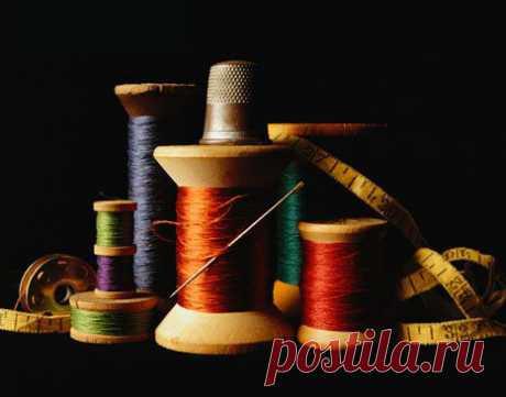 Машинные иглы и нитки для шитья одежды - ШЬЮ САМА Нитки и иглы для шитья и обметки изделия При подборе игл и ниток для шитья мы должны обращать внимание на два аспекта. Они равнозначны между собой. Первый, самый очевидный— толщина нитки должна соответствовать назначению изделия, а значит, толщине ткани. Согласитесь, бессмысленно шить брезент тонкими вискозными нитками, а шифон толстыми хлопчатобумажными. Этого и швейная машина не […]