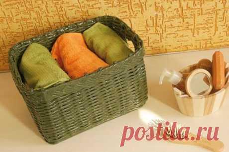 Плетем из газетных трубочек корзинку для полотенец в ванную.