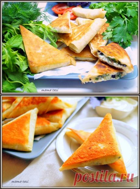 Los pastelillos hojaldrados de lavasha con la brynza y las patatas. La receta con las fotografías