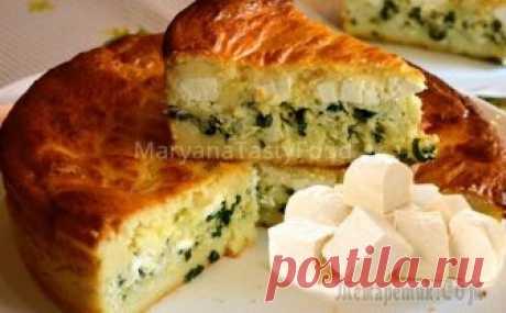 Заливной пирог (запеканка) с сыром фета Очень вкусный заливной пирог, или запеканка, с сыром фета, зелёным луком и яйцами! Готовится на раз-два-три, но тем не менее легкий, воздушный и ароматный!Для теста: Кефир — 500 млЯйца — 2 шт.Масло сл...