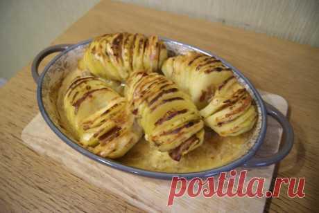 «Картошка-гармошка» - излюбленный гарнир на каждое застолье в нашей семье - Пир во время езды Люблю это блюдо за его универсальность. Если положить в «гармошку» только сыр, получается отличный сытный гарнир; добавьте бекона, сала или колбасы — выйдет полноценное второе. Сложностей в приготовлении нет, поэтому часто готовлю «гармошку» в будни, когда нужно быстро придумать что-то на ужин, а в холодильнике ничего особенного нет. Картошка-гармошка стала настолько излюбленным гарниром в нашей …