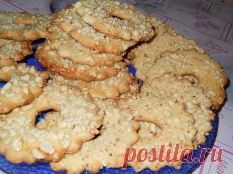Домашнее песочное печенье с орешками. Домашнее песочное печенье с орешками.  Вкусные и рассыпчатые домашние колечки с арахисом, которые когда-то продавали по 22 копейки в каждой кондитерской. Пекутся быстро и просто из малого количества п…