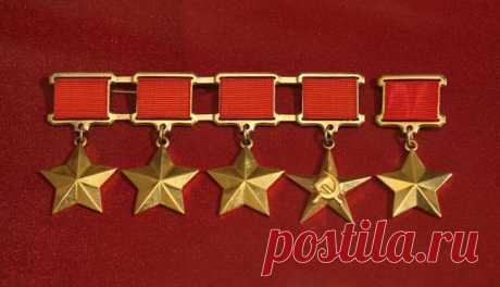 Четырежды Герои Советского Союза Звание «Герой Советского Союза» присваивалось всегда два раза в истории СССР. Одному военноначальнику во время войны, а другому - уже намного позже и не понятно за какие заслуги.