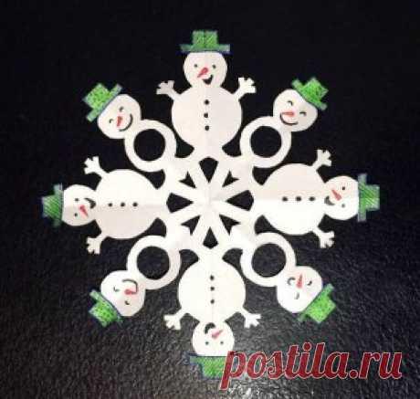 Оригинальные снежинки из бумаги  Для начала возьмите лист белой бумаги квадратной формы и сложите его по схеме. Нарисуйте карандашом контур и вырежьте. Аккуратно расправьте снежинку и теперь дорисуйте глаза, рот, нос-морковку каждому снеговику, раскрасьте и украсьте их. Можно использовать цветные карандаши, краски, фломастеры, блестки, пайетки, сделать пуговки из бисера и многое другое. #НовогоднийДекор