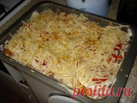 Горячая тарелка — прекрасный ужин из того, что нашлось в холодильнике   Обожаю такие слоеные запеканки!     Ингредиенты: куриное филе — 400 гршампиньоны — 3 штукипомидор — 1 большой (или 2 маленьких)картофельсырмайонезприправы Приготовление: Куриное филе нарезаем тонень…