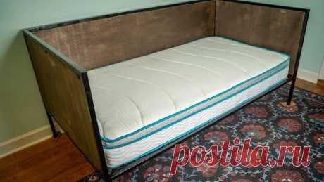 """Кровать с металлическим каркасом Эта кровать изготавливалась не как """"повседневная"""", а как """"гостевая"""". В обычное время она выполняет роль дивана, а в случае необходимости на ней можно разместить на ночевку гостя. Инструменты и материалы:-Сварочное оборудование;-Угловая шлифовальная машина;-Ленточная"""