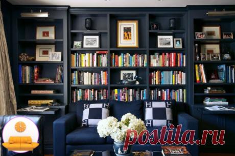 красивейшие кресла в стиле барокко смотрятся очень выразительно, благодаря темно-синему обрамлению систем хранения для книг.