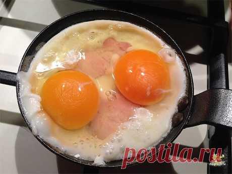 Мой папа, который 30 летотработал поваром: «Солите не яичницу, а масло, на котором она жарится! Очень крутые советы.  Мне приглянулись эти кулинарные хитрости: незамысловатые, но такие эффективные! Обратите внимание на № 6, думаю, это может быть полезно во многих случаях…  Кулинарные приемы:  1. Стоит замачивать лук в холодной воде на 15 минут перед приготовлением салатов. Он теряет свою излишнюю жгучесть!  2. Перед тем как начать варить кофе, добавь в него щепотку со...