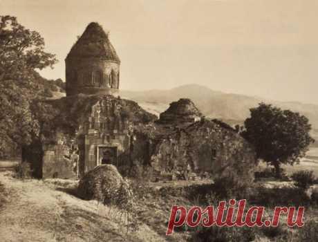 Խորանաշատ վանքը գտնվում է Հայաստանի Տավուշի մարզի Չինարի գյուղից հյուսիս-արևելք:  Հիմնել է Վանական Վարդապետը 13-րդ դարի 1-ին կեսին, Վահրամյանների իշխանատիրույթի կողմնակալ-հրամանատար Վահրամ Բ Գագեցու հովանավորությամբ։ Խորանաշատի վանքի առաջին առաջնորդը եղել է Վանական Վարդապետը։ 1244 թ.-ին վանահայր է դարձել Վանական Վարդապետի եղբոր որդի Պողոս վարդապետը։ Վանքային համալիրի կազմի մեջ են մտնում Սուրբ Աստվածածին և Սուրբ Կիրակի եկեղեցիները, կիսավեր մատուռը, վանական խցերը և երկու գերեզմանոցները: