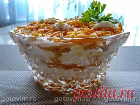 Слоеный салат с яблоком, сыром, яйцом и отварной морковью.