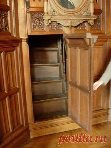 Скрытая лестница Викторианской эпохи, ведущая в секретную комнату внутри дома. По-моему это мечта жизни для каждого интроверта...