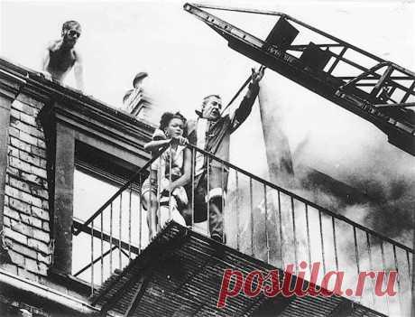 El testigo de la tragedia olvidada (7 fotos) | el Diablo toma el 22 de julio de 1975 el incendio en la casa №129 en el Marlboro strit de Boston ha cerrado en el apartamento devyatnadtsatiletnyuyu a Diana Braynt y su sobrina de dos años la Tiara Jones. El oficial Roberto O'Nil ha sabido sacar a las víctimas al balcón, donde trataban de penetrar a la escalera de incendios, pero en este momento el balcón se ha derrumbado. La mujer ha muerto, y la muchacha ha sobrevivido. fotokor del periódico local de Stanley Forman que ha filmado la tragedia, ha recibido por el trabajo Pulittserovsky premi...